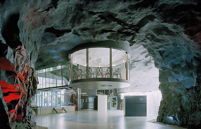 Подземный офис в духе футуризма