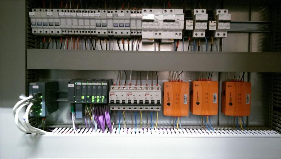 Фото установленных датчиков в электрическом шкафу типа PAN-42 Panoramic Power