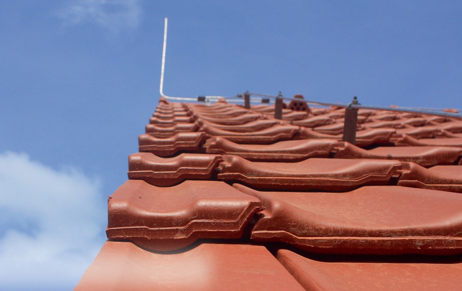 Молниеотвод на коньке крыши здания способен защитить расположенные неподалеку солнечные панели